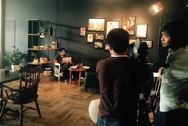 Ê-kíp sản xuất chuẩn bị cho công tác ghi hình.