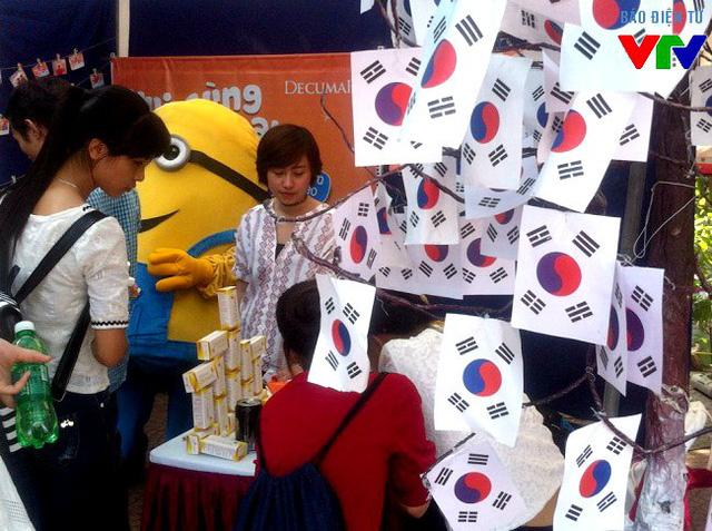 Gian hàng bán sản phẩm làm đẹp đến từ Hàn Quốc thu hút nhiều bạn nữ đến dùng thử