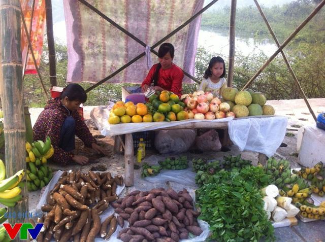 Nhiều mặt hàng nông sản của bà con dân tộc được bày bán tại phiên chợ