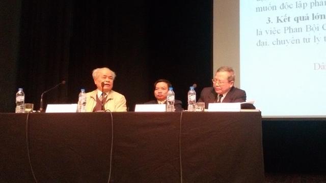 Các khách mời của buổi tọa đàm (từ trái qua: Giáo sự Chương Thâu, Thạc sỹ Đào Tiến Thi)