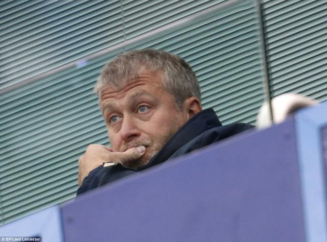 Ông chủ Abramovich trầm ngâm trên khu VIP khi chứng kiến trận hòa của Chelsea ngay tại sân nhà.