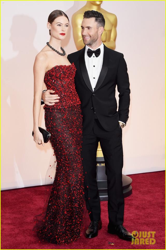 Giọng ca chính của Maroon 5 cũng khiến mọi người thích thú khi liên tục liếc nhìn dung nhan xinh đẹp của vợ mình - thiên thần nội y Behati Prinsloo