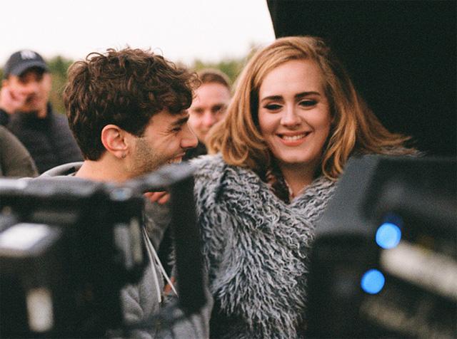 Adele trên trường quay của MV Hello. (Ảnh: Vanity Fair)