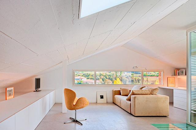 Không gian trong phòng lấy được tối đa lượng ánh sáng tự nhiên nhờ sở hữu hệ thống cửa sổ lớn ở cả hai mặt của ngôi nhà