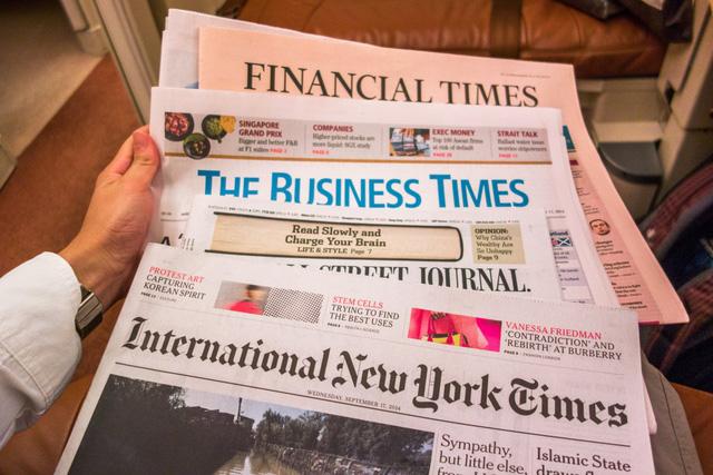 Rất nhiều loại báo và tạp chí nổi tiếng được đặt sẵn để hành khách theo dõi tin tức