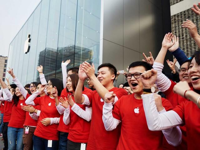 Các nhân viên của Apple chào đón những người dùng đầu tiên đến cửa hàng
