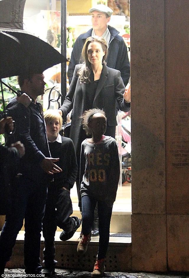 Angelina Jolie trên phố cùng bé Shiloh và Zahara