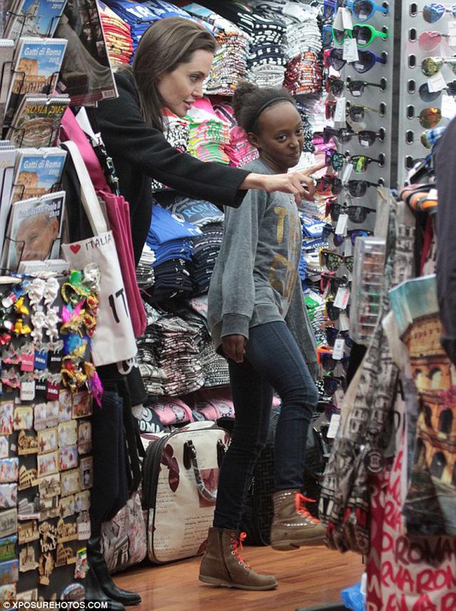 Angelina chọn đồ cùng Zahara
