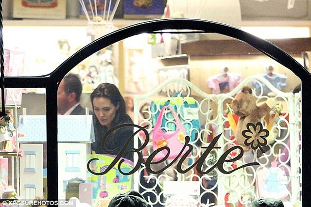 Cô ngắm nghía đồ trong cửa hàng đồ chơi