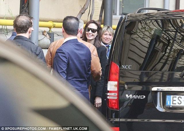 Angelina thân thiện trò chuyện cùng người khác.
