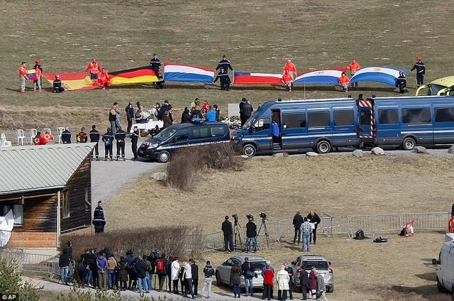 Một lễ tưởng niệm các nạn nhân với nhiều quốc tịch khác nhau được tổ chức tại Le Vernet, Pháp, gần nơi xảy ra thảm kịch Germanwings.