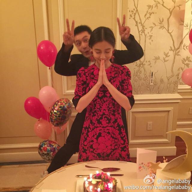 Sau khi công khai mối quan hệ, Huỳnh Hiểu Minh và Angelababy xuất hiện nhiều hơn trong các sự kiện. Mới nhất, cặp đôi vừa tham gia trong chương trình hỗ trợ người nghèo.