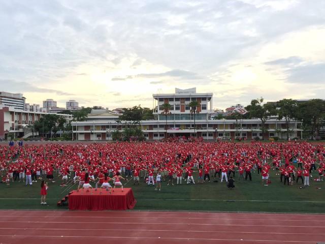 Hơn 1.500 người trong trang phụ áo đỏ, mũ đỏ tham gia hoạt động Great Singapore Workout