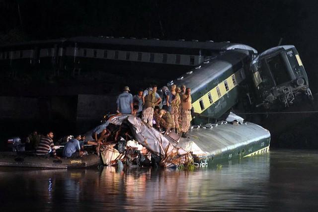 Lực lượng cứu hộ làm việc tại hiện trường vụ tai nạn. (Nguồn: THX/TTXVN)
