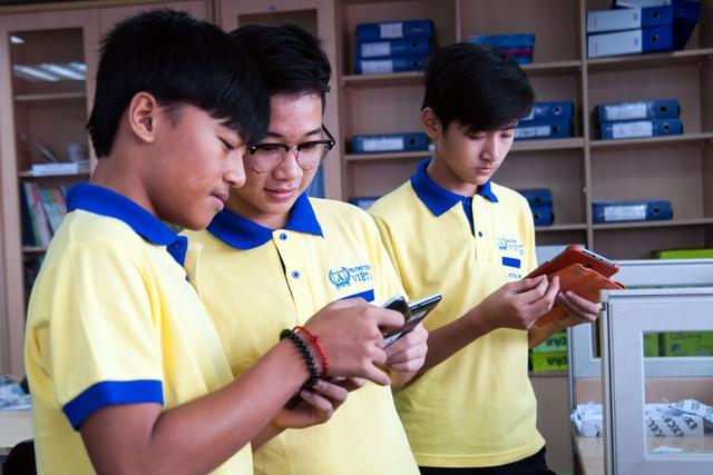 Các em học sinh trường Việt Anh cùng nhau trao đổi, chia sẻ qua Classbook