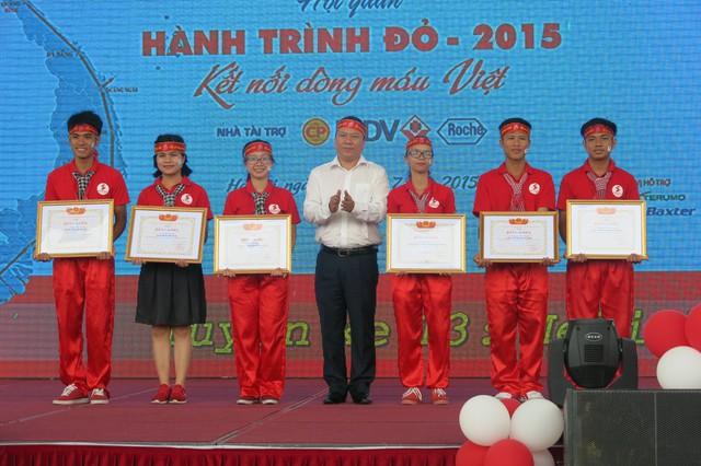 6 cá nhân đại diện cho 45 gương mặt tiêu biểu nhận bằng khen của Trung ương Hội liên hiệp Thanh niên Việt Nam.