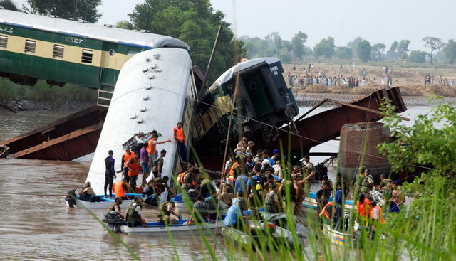 Được biết có ít nhất 10 người thiệt mạng và hơn 100 người bị thương sau vụ việc đáng tiếc này.