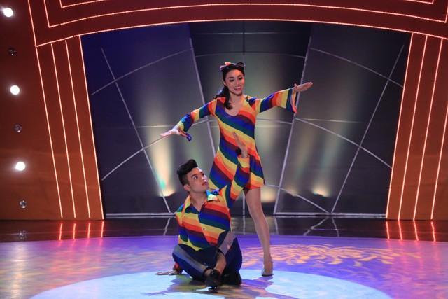 Anh Quang khép lại đêm thi thứ 5 với bài nhảy Disco sôi động. Trong trang phục đầy màu sắc, Anh Quang cùng bạn nhảy Thụy Vân đã làm nóng sân khấu.