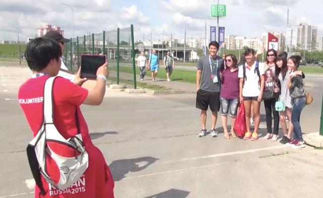 Ánh Viên chụp ảnh cùng người hâm mộ tại Kazan, LB Nga (Ảnh: VTVNews)