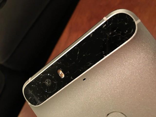 Mặt kính của cụm camera trên Nexus 6P rất dễ bị xước