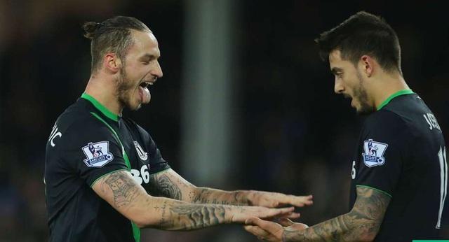 Arnautovic (trái) tiếp tục thăng hoa trong màu áo Stoke.