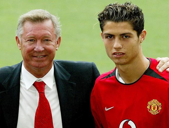 Chiếc áo số 7 của David Beckham được chuyển giao thẳng cho C.Ronaldo - một cầu thủ trẻ khi đó và anh tỏ ra rất bối rối vì quyết định này của ông thầy người Scotland.