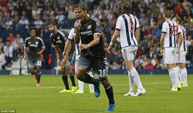 Hậu vệ Azpilicueta vui mừng với pha làm bàn thứ 3 cho Chelsea.
