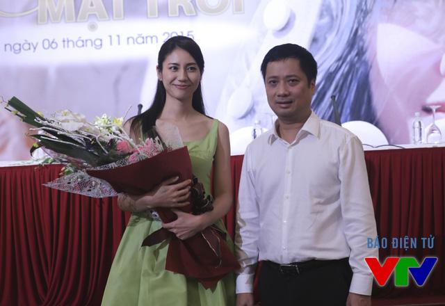Nữ diễn viên Nao Matsushita vui mừng khi đón nhận món quà bất ngờ từ ông Hồ Kiên - Trưởng Ban Hợp tác quốc tế, Đài Truyền hình Việt Nam.