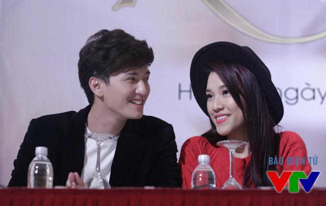 Cặp đôi Huỳnh Anh - Hoàng Anh không ngần ngại những cử chỉ thân mật. Đây là lần đầu cả hai cùng tham gia trong một dự án phim lớn.