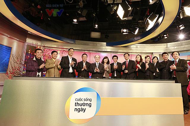 Kết thúc chuyến thăm, Chủ tịch Quốc hội chụp ảnh cùng lãnh đạo Đài THVN tại trường quay.