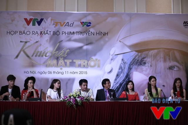 Dàn diễn viên Khúc hát mặt trời trong buổi họp báo ra mắt bộ phim.