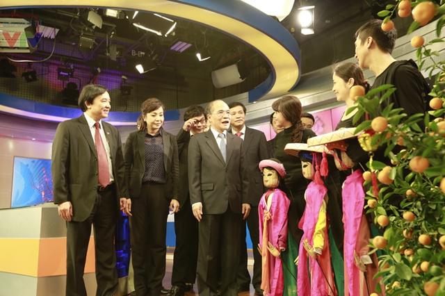 Chủ tịch Nguyễn Sinh Hùng động viên các nghệ sĩ tham gia chương trình nghệ thuật múa rối.