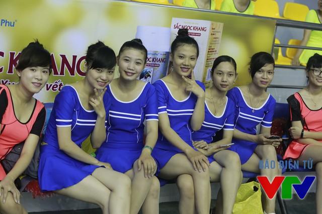 Các cô gái đến từ trường ĐH Bạc Liêu rất hào hứng với vai trò hoạt náo viên của giải đấu lần này