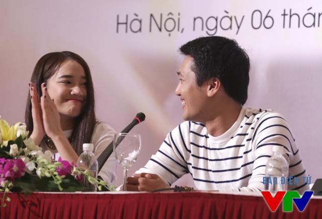 Nhã Phương và Quang Tuấn cười đùa với nhau trong buổi họp báo. Quang Tuấn cho biết anh không hề gặp bất cứ khó khăn nào khi đóng những phân cảnh tình cảm với Nhã Phương.