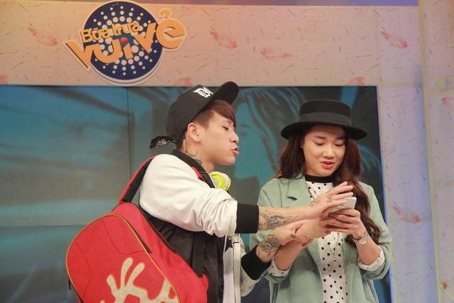 Chương trình Bữa trưa vui vẻ (15/3) còn tiết lộ về người lồng tiếng cho nhân vật Junsu (Kang Tea Oh thủ vai). Đó là MC quen thuộc của nhà hàng Bữa trưa vui vẻ - DJ Minh Trí.