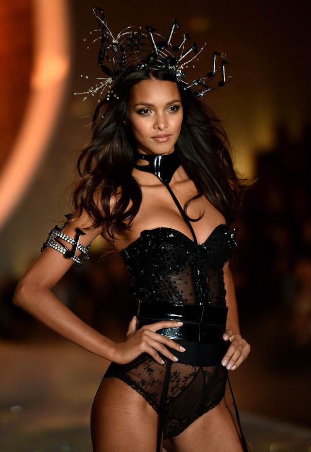 Lais Ribeiro là thiên thần mới nhất đến từ quê hương Brazil. Trước khi được biết đến với tư cách là một thiên thần, Lais Ribeiro từng sải bước trên sàn catwalk của Chanel, Marc Jacobs, Louis Vuitton,...