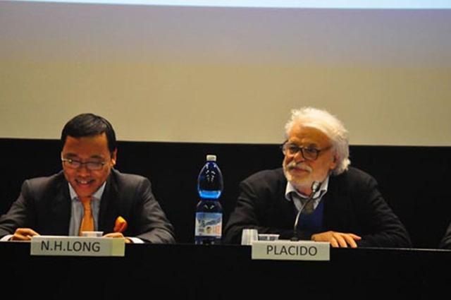 Đại sứ Việt Nam tại Italy Nguyễn Hoàng Long và Đạo diễn Michele Placido. (Ảnh: Thể thao văn hóa)