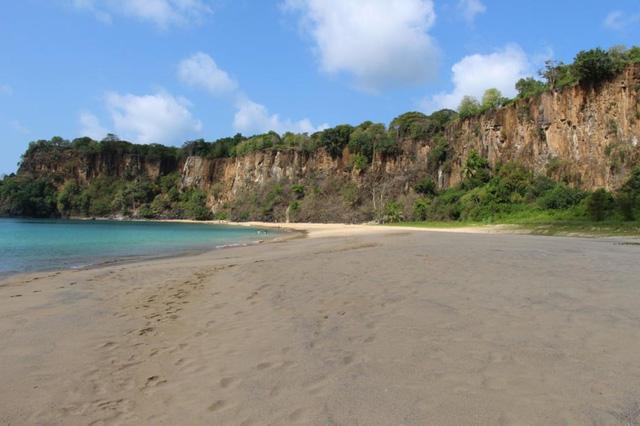 Bãi biển Baia do Sancho (Brazil) đã xếp đầu bảng danh sách những bãi biển đẹp nhất giới, theo bình chọn của TripAdvisor. (Ảnh: AFP)