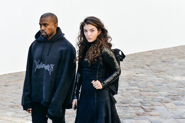 Nữ ca sĩ Lorde kết hợp balo với váy đen lấp lánh.