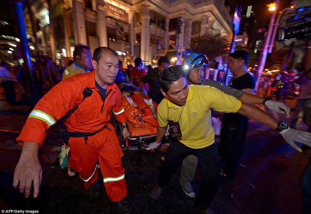 Các nhân viên y tế đưa nạn nhân và những người bị thương ra khỏi hiện trường vụ nổ.