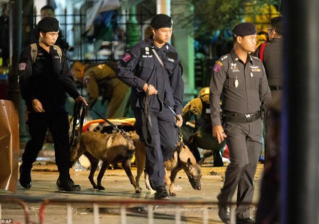 Cảnh sát huy động thêm lực lượng và chó nghiệp vụ trong quá trình tìm kiếm ở hiện trường.