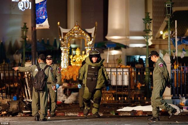 Một nhân viên an ninh mặc đồ bảo vệ để tham gia tìm kiếm thêm bom.