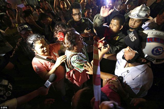 Cảnh sát nỗ lực phong tỏa hiện trường, không để người dân đến gần.
