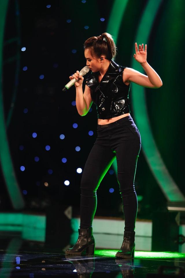 Cô gái 3 lần liên tiếp rơi vào top nguy hiểm – Bảo Trân đã lựa chọn bài hát theo thể loại pop rock mang tên Walk away (sáng tác Thiều Bảo Trang) để trình diễn trên sân khấu Học viện ngôi sao 2015.