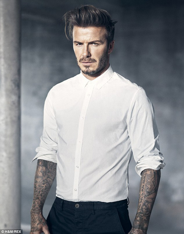 Chiếc sơ-mi trắng đơn giản nhưng làm tôn dáng vẻ lịch lãm.