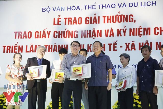 Thứ trưởng Bộ Thông tin và Truyền thông Trương Minh Tuấn trao giấy chứng nhận và kỷ niệm chương cho đại diện Đài Truyền hình Việt Nam - Ông Nguyễn Hà Nam, Trưởng ban Thư ký Biên tập Đài THVN