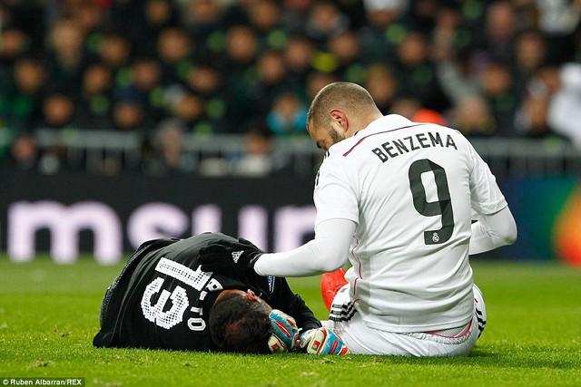 Có vẻ như Benzema không hề cố ý trong tình huống này và tiền đạo của Real chủ động hỏi thăm nạn nhân.