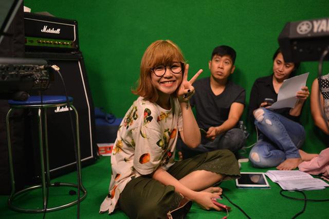 Ca sĩ Trương Thảo Nhi nhí nhảnh trước ống kính.
