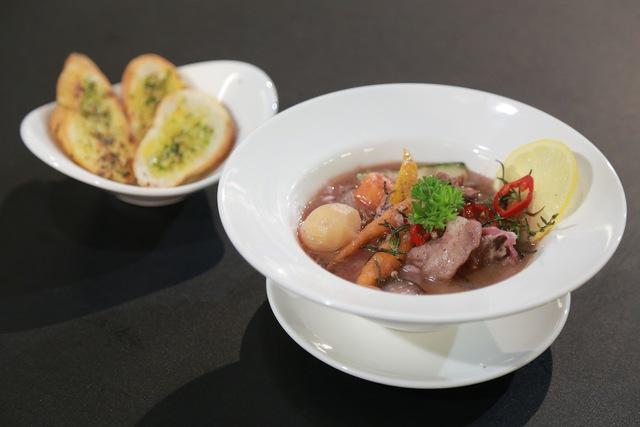 Món thỏ nấu rượu vang của cả Quốc Việt và Bích Hạnh đều không làm hài lòng Ban giám khảo.