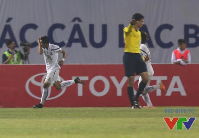 Bất ngờ xảy ra ở cuối hiệp 1 khi Messi Campuchia Chan Vathanaka gỡ hòa từ chấm 11m